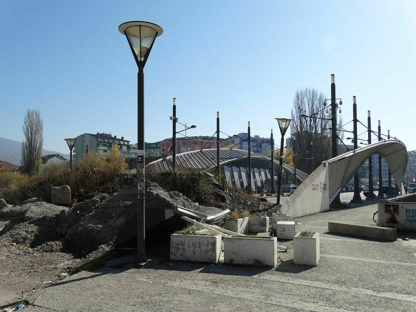 Die Brücke über den Ibar in Mitrovica, Nordkosovo